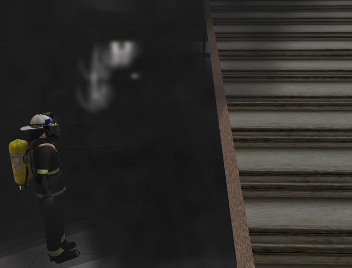 Eine Einsatzkraft der Feuerwehr unter Atemschutz im verrauchten Gebäude.